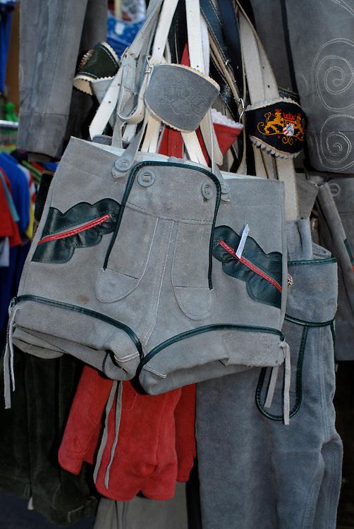 Lederhose hängt auf einem Flohmarkt zum Verkauf   |  Germany, Lederhosen on a flea market for sale