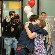 NLD/Amsterdam/20190519 - Songfestival winnaar 2019 Duncan Lawrance komt aan op Schiphol, Duncan met zijn oma knuffelend
