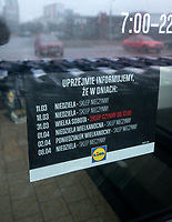 Bialystok, 11.03.2018. Pierwsza niedziela z obowiazujacym zakazem handlu N/z wywieszka informujaca o wolnych niedzielach na drzwiach wejsciowych sklepu Lidl fot Michal Kosc / AGENCJA WSCHOD