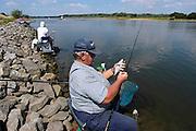 Nederland, Herveld, 19-7-2003..Sportvissers houden een vismarathon aan de Waal. De waterstand is laag. Na vangst worden de vissen weer teruggezet. kwaliteit rivierwater, beet, milieu. recreatie, vissport, hengelsport...Foto: Flip Franssen/Hollandse Hoogte