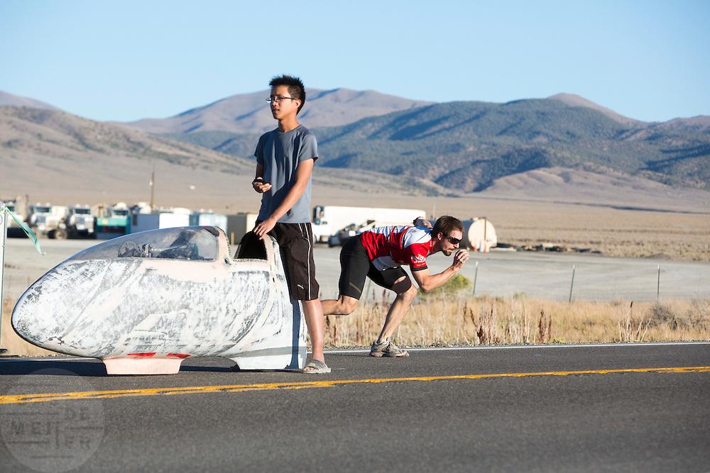 Het team van Toronto bereidt zich voor op de start met de Blue Nose. In de buurt van Battle Mountain, Nevada, strijden van 10 tot en met 15 september 2012 verschillende teams om het wereldrecord fietsen tijdens de World Human Powered Speed Challenge. Het huidige record is 133 km/h.<br /> <br /> The Torono Team is preparing for the race. Near Battle Mountain, Nevada, several teams are trying to set a new world record cycling at the World Human Powered Speed Challenge from Sept. 10th till Sept. 15th. The current record is 133 km/h.De derde racedag van het WHPSC. In de buurt van Battle Mountain, Nevada, strijden van 10 tot en met 15 september 2012 verschillende teams om het wereldrecord fietsen tijdens de World Human Powered Speed Challenge. Het huidige record is 133 km/h...The Toronto team is preparing to start with the Blue Nose. Near Battle Mountain, Nevada, several teams are trying to set a new world record cycling at the World Human Powered Speed Challenge from Sept. 10th till Sept. 15th. The current record is 133 km/h.