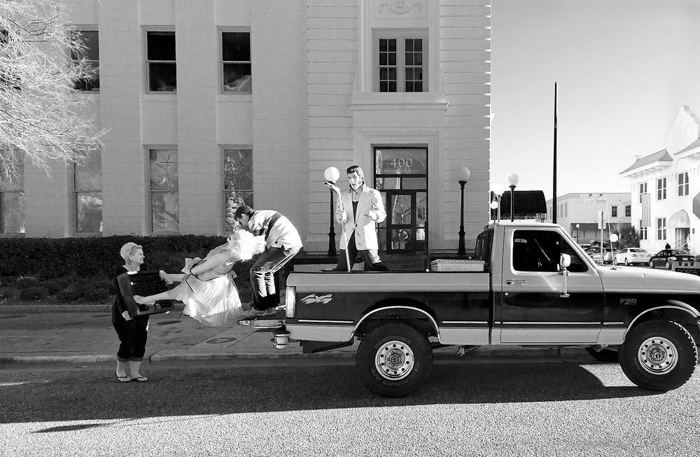 USA,Vereinigte Staaten von Amerika, Florida, Pensacola  Marilyn Monroe and Elvis Presley.  Der Sänger soll vor mehr 50 Jahren einen One-Night-Stand mit Marilyn Monroe gehabt haben. behauptet sein früherer Agent  Byron Raphael|  USA ,United States, United States of America, Florida, The us american icons and idols Marylin and Elvis. figures on a truck