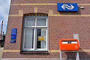 Nederland, Andelst en Zetten, 1-4-2013Het oude, klassieke station van dit dorp in de Betuwe. Het ligt aan de lijn Elst naar Tiel en vervoerder Arriva rijdt op dit spoor. Het gebouwtje is te huur als kantoor of atelier. Er staat een brievenbus van Postnl voor.Foto: Flip Franssen/Hollandse Hoogte
