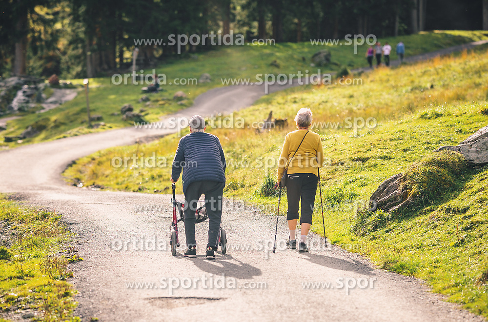 THEMENBILD - ein altes Paar genießt das schöne, sonnige Wetter. Der Mann geht mit einem Rollator und die Frau mit Stöcken auf einem Schotterweg, aufgenommen am 13. Oktober 2019 in Saalbach Hinterglemm, Oesterreich // an old couple enjoying the beautiful, sunny weather. The man walks with a walker and the woman with sticks on a gravel road, in Saalbach Hinterglemm in Austria on 2019/10/13. EXPA Pictures © 2019, PhotoCredit: EXPA/Stefanie Oberhauser