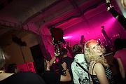 Besucher der MeetFactory im Prager Stadtteil Smichov tanzen während einer Abendveranstaltung zu einem Live Rock Konzert.