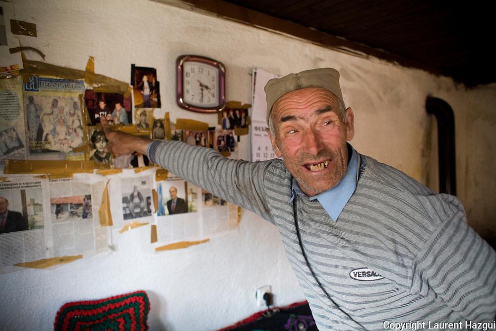 26022008. Mozgovo. Taso Tasic. Attaqués par l'UCK en 1999, les habitants du village de Mozgovo ont fui. Il reste quatre habitants revenus en 2003. Le village est dévasté et isolé dans les montagnes. Tasvo Tasic, 80 ans, Mitra, 77 ans, et son mari Zivoit Tasic, 71 ans, reçoivent peu de visites, seulement de leur proche famille qui ne veut plus vivre dans ce village ou par des militaires américains de la KFOR. Tasvo Tasic montre son fils en photo qui ne veut plus vivre au village et le visite de temps en temps.