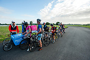 Koeriers staan in de rij voor een stempel. In Nieuwegein wordt het NK Fietskoerieren gehouden. Fietskoeriers uit Nederland strijden om de titel door op een parcours het snelst zoveel mogelijk stempels te halen en lading weg te brengen. Daarbij moeten ze een slimme route kiezen.<br /> <br /> In Nieuwegein bike messengers battle for the Open Dutch Bicycle Messenger Championship.
