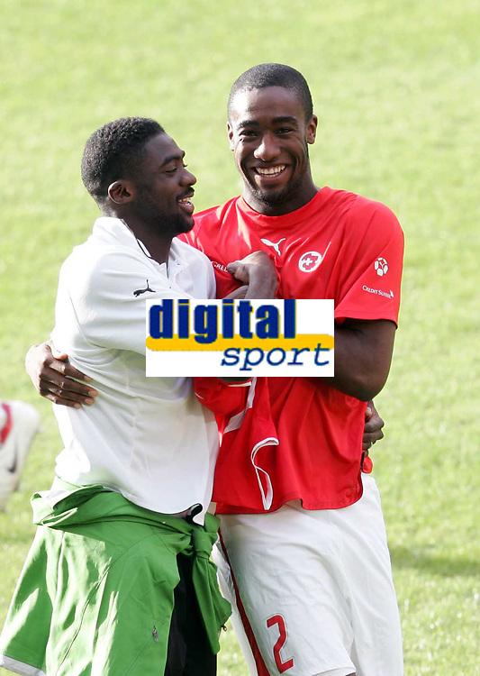 Kolo Toure umarmt Johan Djourou. © Valeriano Di Domenico/EQ Images