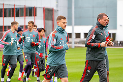 14.03.2019, Säbener Strasse, Muenchen, GER, 1. FBL, FC Bayern Muenchen vs 1. FSV Mainz 05, Training, im Bild v.l. Joshua Kimmich (FC Bayern), Prof. Dr. Holger Broich (FC Bayern) // during a trainings session before the German Bundesliga 26th round match between FC Bayern Muenchen and 1. FSV Mainz 05 at the Säbener Strasse in Muenchen, Germany on 2019/03/14. EXPA Pictures © 2019, PhotoCredit: EXPA/ Lukas Huter