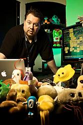 Presidente do Grupo Aleste, Cristian Gallas, 35, ex-hacker que acabou tendo sucesso protegendo redes corporativas, em seu escritório com os vírus (os bichinhos de pelucia que ele traz todos os anos das convenções de hacker em Los Angeles), já venceu concorrentes como Microsoft e IBM. FOTO: Jefferson Bernardes / Preview.com