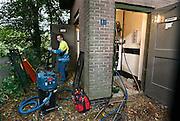 Nederland, Ubbergen, 9-10-2013Een stroomstoring door kortsluiting in een transformatorhuisje trof ons vandaag. Netbeheerder Liander had de hele dag nodig om de storing te verhelpen. Om de getroffen huizen toch van elektriciteit te voorzien werd een mobiel agregaat aan het net gekoppeld.Liander is een Nederlands nutsbedrijf dat het midden- en laagspanningselektriciteitsnet en het hoge en lagedruk gasnet in een deel van Nederland beheert. Het is de grootste netbeheerder in Nederland.Foto: Flip Franssen/Hollandse Hoogte