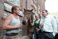 24 AUG 2000, NAUMBURG/GERMANY:<br /> Gerhard Schroeder, SPD, Bundeskanzler, trinkt ein Bier, mit einem Hufschmied, einen Kutscher, und dessen frisch beschlagenen Kaltblutpferd, auf einem Gehoeft in der Naehe von Naumburg, Sommerreise des Kanzlers durch die Ostdeutschen Bundeslaender<br /> IMAGE: 20000824-01/03-33<br /> KEYWORDS: Gerhard Schröder, Pferd, Tier, horse, animal, Hufeisen, Handwerk, Arbeit, work, beer, Alkohol, alcohol, Getraenk, drink