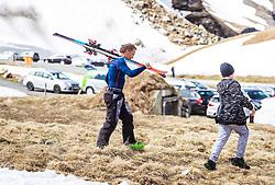 12.05.2018, Grossglockner Hochalpenstrasse, Fusch a.d. Glocknerstrasse, AUT, Großglockner Trophy Fuschertörllauf, im Bild ein Teilnehmer trägt seine Ski // a participant carries his skis during the Großglockner Trophy Fuschertörl Skirace at the Grossglockner Hochalpenstrasse, Fusch a.d. Glocknerstrasse, Austria on 2018/05/03. EXPA Pictures © 2018, PhotoCredit: EXPA/ JFK