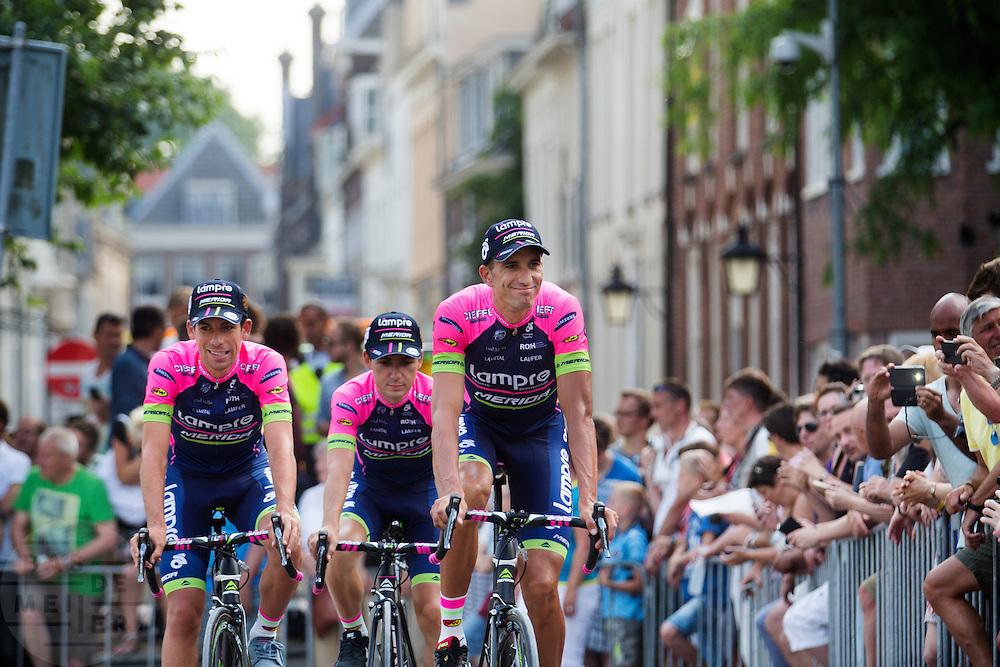 Het Italiaanse team Lampre passeert de wielerliefhebbers. In Utrecht vindt met de presentatie van de renners het eerste officiële deel plaats van de Grand Depart. Op 4 juli start de Tour de France in Utrecht met een tijdrit. De dag daarna vertrekken de wielrenners vanuit de Domstad richting Zeeland. Het is voor het eerst dat de Tour in Utrecht start.<br /> <br /> The Italian team Lampre passes the fans. In Utrecht the riders present themselves as the first official moment of the Grand Depart . On July 4 the Tour de France starts in Utrecht with a time trial. The next day the riders depart from the cathedral city direction Zealand. It is the first time that the Tour starts in Utrecht.
