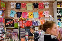 """7 Novembre, 2008. Brooklyn, New York.<br /> <br /> Jessica Cecchini (destra) paga il taglio di capelli fatto alla figlia Chiara al Lulu's Cuts & Toys, una parruccheria per bambini e negozio di giocattoli. La cassiera (sinistra) è Brigitte Prat, colei che ha aperto il negozio nel 2001. Park Slope, spesso definito dai newyorkesi come """"The Slope"""", è un quartiere nella zona ovest di Brooklyn, New York, e confinante con Prospect Park.  Park Slope è un quartiere benestante che ha il maggior numero di nascite, la qualità della vita più alta e principalmente abitato da una classe media di razza bianca. Per questi motivi molte giovani coppie e famiglie decidono di trasferirsi dalle altre municipalità di New York a Park Slope. Dal punto di vista architettonico, il quartiere è caratterizzato dai brownstones, un tipo di costruzione molto frequente a New York, e da Prospect Park.<br /> <br /> ©2008 Gianni Cipriano for The New York Times<br /> cell. +1 646 465 2168 (USA)<br /> cell. +1 328 567 7923 (Italy)<br /> gianni@giannicipriano.com<br /> www.giannicipriano.com"""