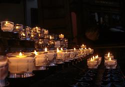THEMENBILD - kleine Kerzen werden aus Tradition in der Kirche gerne angezündet, aufgenommen am 31. März 2018, Hallstatt, Österreich // Small candles are traditionally lit in the church on 2018/03/31, Hallstatt, Austria. EXPA Pictures © 2018, PhotoCredit: EXPA/ Stefanie Oberhauser