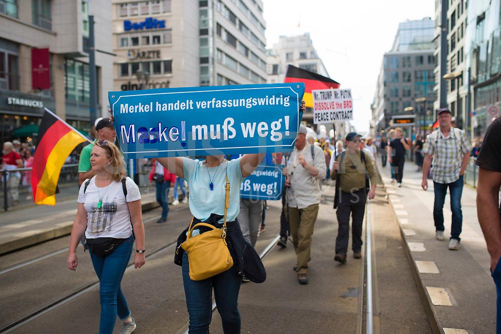 """DEU, Deutschland, Germany, Berlin, 29.08.2020: Frau mit Schild """"Merkel / Maske muss weg"""" bei der Demonstration von Gegnern der Corona-Maßnahmen. Kaum jemand hielt sich an die Auflagen, Mund-Nase-Bedeckung trug fast niemand, Abstandsregeln wurden nicht eingehalten. Die Initiative """"Querdenken"""" hatte zu den Protesten gegen die Corona-Maßnahmen der Regierung aufgerufen."""