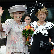 Koningsdag 2014 in Amstelveen, het vieren van de verjaardag van de koning. / Kingsday 2014 in Amstelveen, celebrating the birthday of the King. <br /> <br /> <br /> Op de foto / On the photo:  Prinses Beatrix en Prinses Margiet / Princess Margiet  and Princess Beatrix