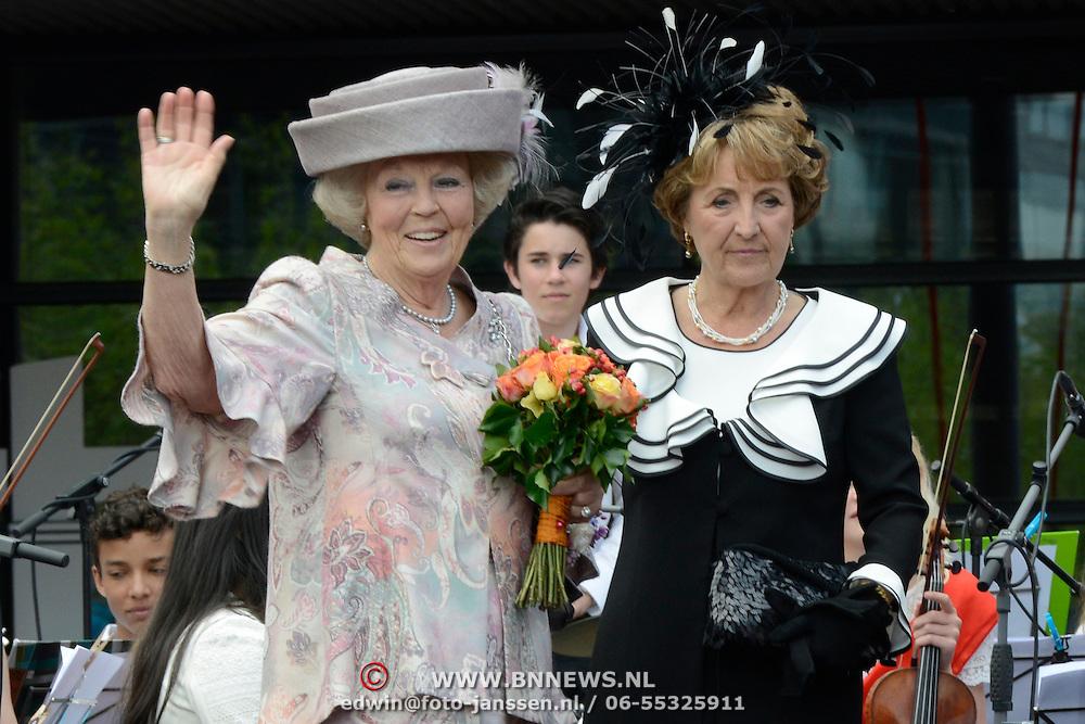 Koningsdag 2014 in Amstelveen, het vieren van de verjaardag van de koning. / Kingsday 2014 in Amstelveen, celebrating the birthday of the King. <br /> <br /> <br /> Op de foto / On the photo:  Prinses Beatrix en Prinses Margiet / Princess Margiet  and Princess Beatrix