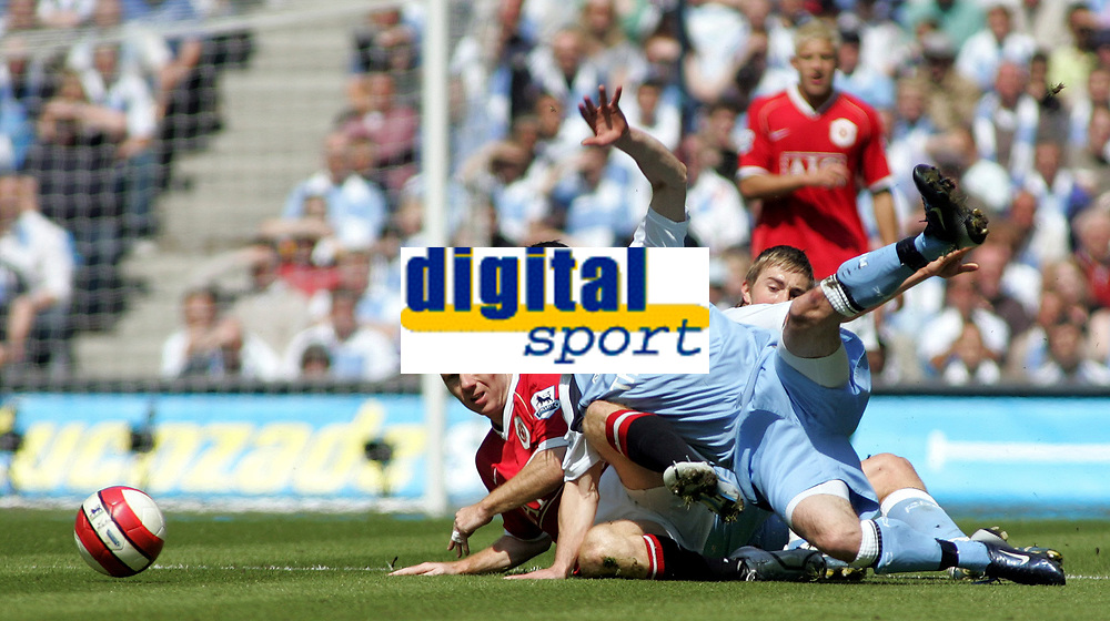 Photo: Paul Thomas.<br /> Manchester City v Manchester United. The Barclays Premiership. 05/05/2007.<br /> <br /> Paul Scholes (Red) of Utd takes on City players Michael Johnson (R) and Stephen Ireland (C).