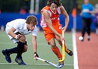 DEN BOSCH -  Tom Hiebendaal in duel met de Fransman Gregoire Samson,  patijdens de wedstrijd tussen de mannen van Jong Oranje  en Jong Frankrijk, tijdens het Europees Kampioenschap Hockey -21. ANP KOEN SUYK