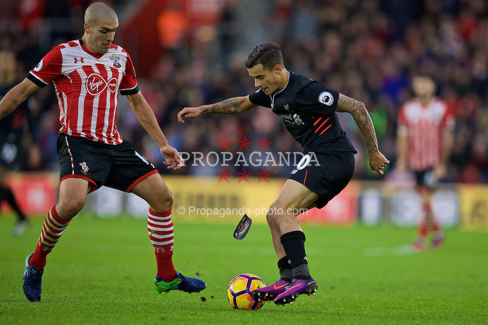 SOUTHAMPTON, ENGLAND - Saturday, November 19, 2016: Liverpool's Philippe Coutinho Correia loses his shin pad in action against Southampton during the FA Premier League match at St. Mary's Stadium. (Pic by David Rawcliffe/Propaganda)