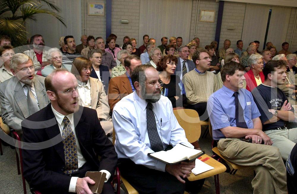 fotografie frank uijlenbroek@1999/michiel van de velde.000913 ommen ned.fu000913_21.bijeenkomst in het baken in ommen met dominee swi.
