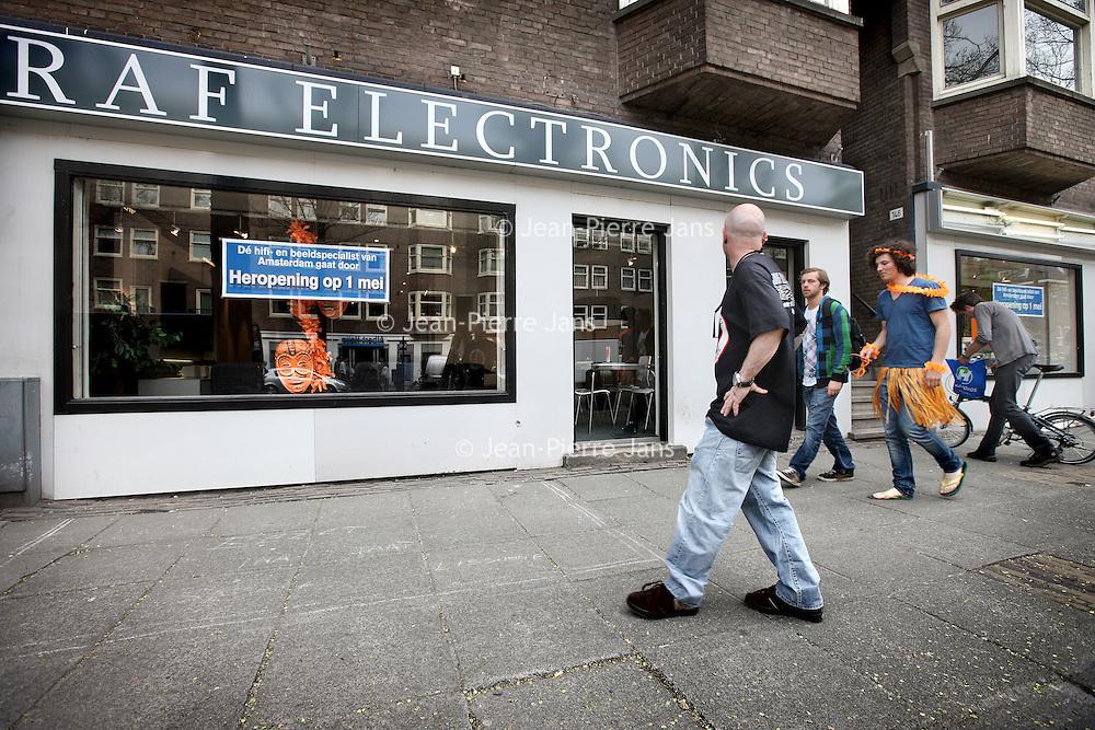 Nederland, Amsterdam , 29 april 2010..Het is elektronicaketen Raf gelukt een doorstart te maken. De winkel in Amsterdam zal in afgeslankte vorm vanaf 1 mei weer open zijn. Raf gaat 'terug naar de oorsprong' en zal alleen nog beeld- en audioapparatuur verkopen..De computerafdeling van Raf keert niet terug en het logo zal ook verdwijnen. Mogelijk zal de keten zelfs een andere naam moeten gebruiken, aangezien de merknaam Raf deel van het faillissement uitmaakt. De doorstart is mogelijk gemaakt door een kapitaalinjectie van een groep investeerders onder leiding van de oud-voorzitter van de Kamer van Koophandel Amsterdam, schrijft Het Parool. Amnon Rafalowicz, de oprichter en eigenaar van de keten, zou niet bij de doorstart betrokken zijn.Foto:Jean-Pierre Jans