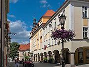 Zielona Góra (woj. lubuskie), 20.07.2013. Ulica Pod Filarami w centrum miasta.