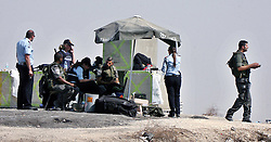 20.10.2015, Jerusalem, ISR, Gewalt zwischen Palästinensern und Israelis, im Bild Ausschreitungen, Demostrationen und Zusammenstösse zwischen Palästinensischen Demonstranten und Israelischen Sicherheitskräfte // An Israeli border guard stand at a newly erected checkpoint at the exit of the east Jerusalem neighborhood of Issawiya on October 20, 2015. Israeli police began erecting a wall in east Jerusalem to protect a Jewish neighbourhood subject to firebomb and stone attacks launched from an adjacent Palestinian village, Israel on 2015/10/20. EXPA Pictures © 2015, PhotoCredit: EXPA/ APAimages/ Mahfouz Abu Turk<br /> <br /> *****ATTENTION - for AUT, GER, SUI, ITA, POL, CRO, SRB only*****