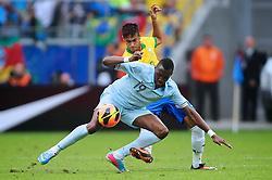 Neymar disputa bola com Josuha Guilavogui em lance do amistoso entre Brasil e França no estádio Arena do Grêmio, em Porto Alegre (RS). FOTO: Jefferson Bernardes/Preview.com