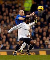 Fotball<br /> England 2004/2005<br /> Foto: SBI/Digitalsport<br /> NORWAY ONLY<br /> <br /> Everton v Bolton Wanderers<br /> Barclays Premiership, 04/12/2004.<br /> <br /> Everton's Lee Carsley (L) nicks the ball from Bolton's Jay Jay Okocha