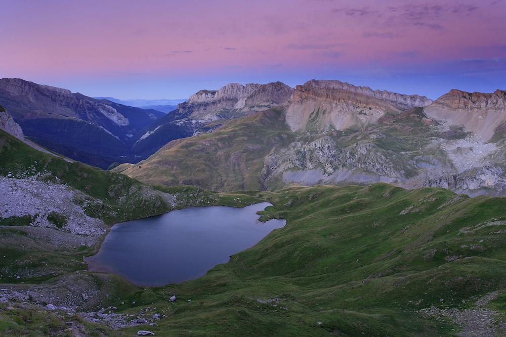 Ibón de Acherito, al fondo el Valle de Hecho y la Sierra de Alano, Huesca