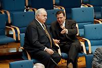 21.01.1999, Deutschland/Bonn:<br /> Helmut Kohl, CDU, Bundeskanzler a.D., und Gerhard Schröder, SPD, Bundeskanzler, im Gespräch, während der Bundestagsdebatte zur Finanz- und Wirtschaftspolitik auf den hinteren Stuhlreihen der CDU-BT Fraktion, Plenum, Deutscher Bundestag, Bonn<br /> IMAGE: 19990121-01/03-29<br /> KEYWORDS: Gerhard Schroeder