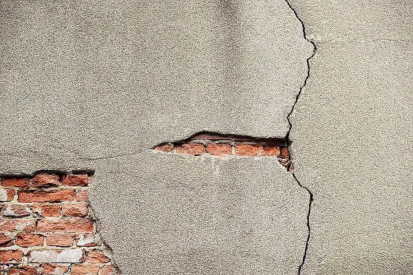 Nederland, Nijmegen, 25-9-1013Een bakstenen buitenmuur met afgebrokkeld pleisterwerk.Foto: Flip Franssen/Hollandse Hoogte