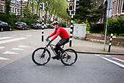 In Arnhem rijdt een man op een mountainbike door de binnenstad.<br /> <br /> In Arnhem a man is riding his mountain bike.