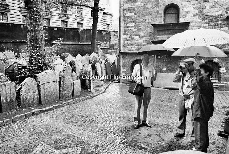 Tsjecho-Slowakije, tsjechie, Praag, 10-6-1988Straatbeeld van de tsjechische hoofdstad in de periode toen europa verdeelt was door het ijzeren gordijn . Toeristen bij het joodse kerkhof in de oude binnenstad .Foto: Flip Franssen