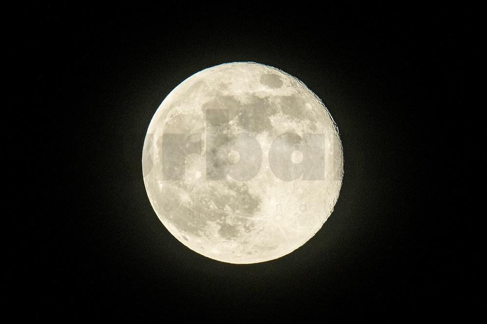 08 ARP 2020, BERLIN/GERMANY:<br /> Vollmond, Mond<br /> IMAGE: 20200408-01-002<br /> KEYWORDS: Astrologie