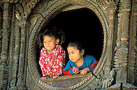 Nepal - Vallée de Kathmandu - Ville de Patan - Fillettes à une fenetre d'une habitation Newar