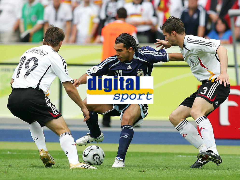v.l. Bernd Schneider, Carlos Tevez Argentinien, Arne Friedrich<br /> Fussball WM 2006 Viertelfinale Deutschland - Argentinien<br /> Tyskland - Argentina<br /> Norway only