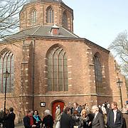NLD/Naarden/20070406 - Mattheus Passion 2007, publiek wachtend voor de Grote Kerk Naarden