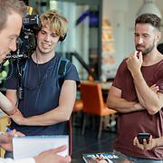 NLD/Amsterdam/20180511 - Boekpresentatie Henri Schut genaamd Topfit, word geinterviewd door SBS Shownieuws