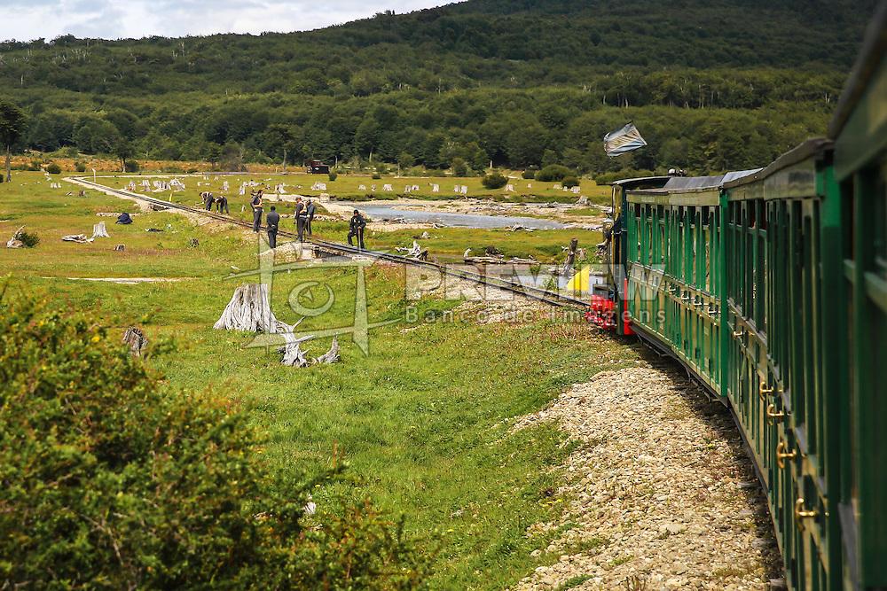 Atores vestidos de presos simulando construir a ferrovia durante o passeio turístico com o Trem do Fim do Mundo no Parque Nacional Tierra del Fuego. FOTO: Jefferson Bernardes/ Agência Preview