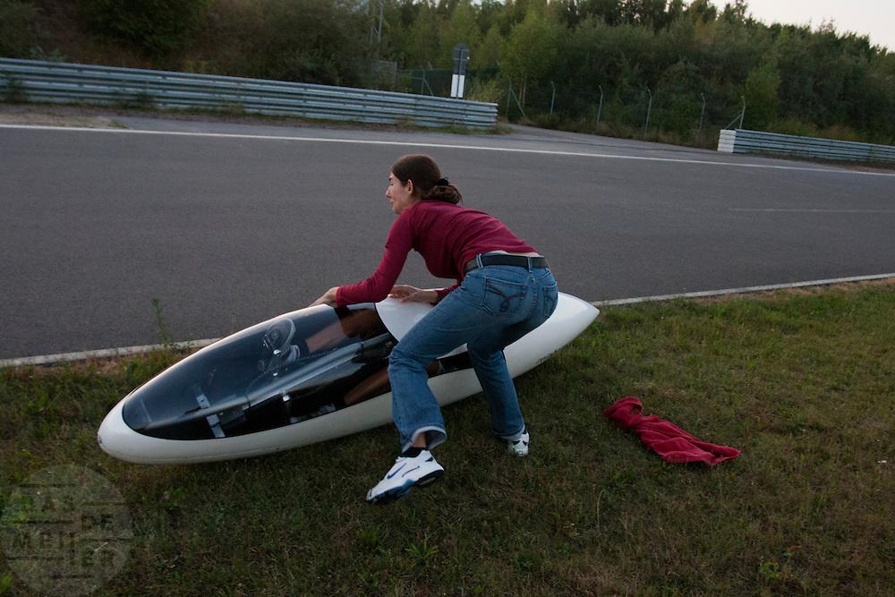 De vrouw van Francesco Russo vangt hem op als hij klaar is met de race<br /> <br /> After the race is done, Francesco Russo's wife Jemima tries not to let the bike fall