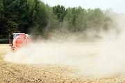 Nederland, the Netherlands, 2-8-2018Een akker wordt bemest . Door de gortdroge grond komt er veel stof in de lucht .Foto: Flip Franssen