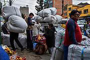 LA PAZ, BOLIVIA. 11/01/2020. ESPECIAL DROGAS. Cocaleiros e comerciantes carregam seus carros com sacos de folha de coca do lado de fora do mercado legal de coca de Villa Fatima em La Paz . ( Foto: Lalo de Almeida/ Folhapress ) COTIDIANO.  ***EXCLUSIVO FOLHA***