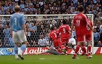 Fotball<br /> Foto: SBI/Digitalsport<br /> NORWAY ONLY<br /> <br /> Manchester City v Charlton Athletic<br /> Barclays Premiership<br /> 28/08/2004<br /> <br /> A diving Charlton goalkeeper Dean Kiely (C) is unable to prevent Nicolas Anelka  first half strike from sending his side 1-0 up.
