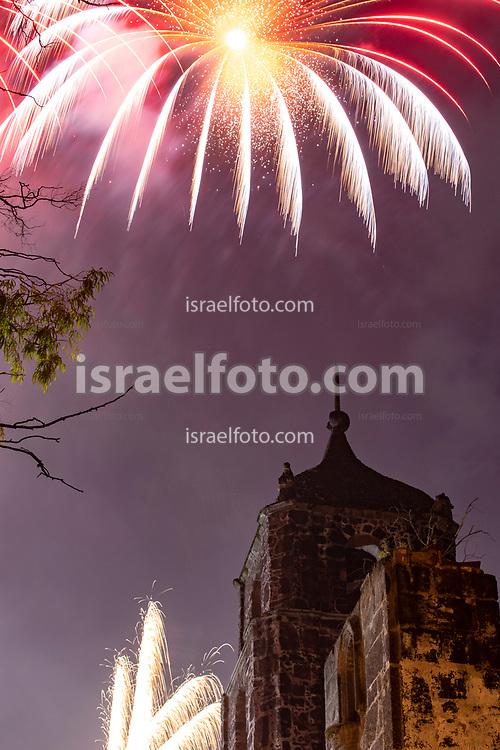 24 julio 2021, Tultepec, México. Fuegos artificiales sobre la iglesia antigua de Santiago Teyahualco, Tultepec, Estado de México.