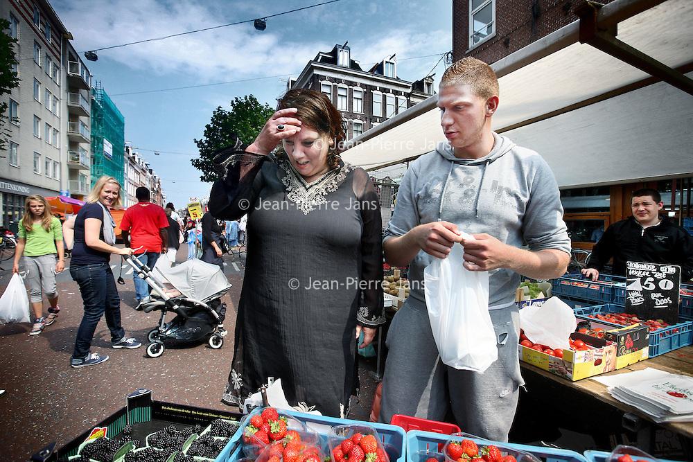 Nederland, Amsterdam , 28 juli 2011..FNV-voorzitter Jongerius bezoekt vanmiddag de Albert Cuypmarkt in Amsterdam. Tijdens het bezoek zal Agnes Jongerius vragen van het publiek beantwoorden over actuele vakbondsonderwerpen. ?Een van de onderwerpen is natuurlijk het recent gesloten pensioenakkoord. .Op de foto: Agnes jongerius bij een fruit groentekraam ervaart hoe het is op de markt ter staan en te verkopen..Foto:Jean-Pierre Jans
