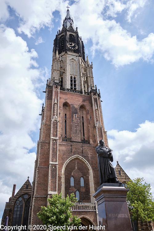 Standbeeld van Hugo de Groot voor de Nieuwe Kerk in Delft.   Statue of Hugo de Groot in front of the Oude Kerk (New Church) in Delft.